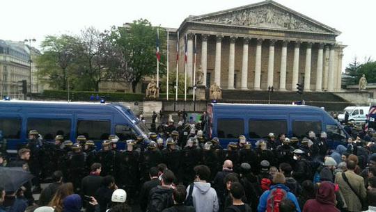 Cảnh sát Pháp ngăn người biểu tình trước tòa nhà quốc hội hôm 10-5 Ảnh: Twitter
