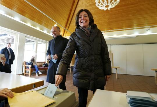 Bà Malu Dreyer, Thủ hiến bang Rhineland-Palatinate, bỏ phiếu tại TP Trier hôm 13-3 Ảnh: Reuters
