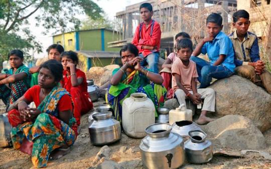 Khoảng 330 triệu người Ấn Độ đang suy kiệt vì nắng nóng. Ảnh: AP