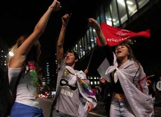 Những người ủng hộ Tổng thống Brazil Dilma Rousseff biểu tình ở Sao Paulo hôm 9-5 phản đối việc luận tội bà Ảnh: REUTERS