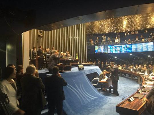 Các thượng nghị sĩ phát biểu trước cuộc bỏ phiếu luận tội nữ tổng thống Brazil. Ảnh: Twitter
