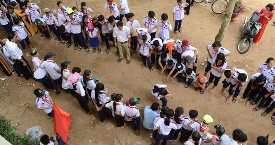 Học sinh được tham gia các trò chơi dân gian tại sân trường sau khi kết thúc lễ khai giảng năm học mới.