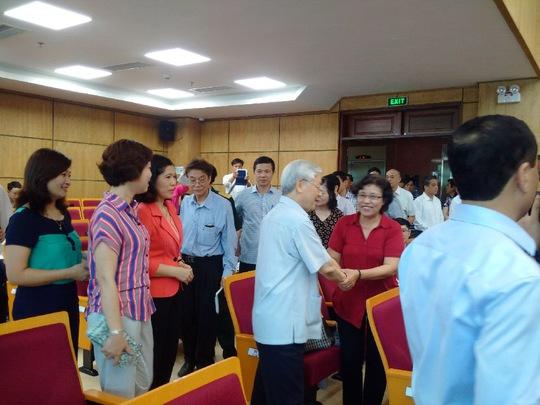 Tổng Bí thư Nguyễn Phú Trọng cùng các ứng cử viên tiếp xúc cử tri quận Ba Đình, Hà Nội. Ảnh: Nguyễn Quyết