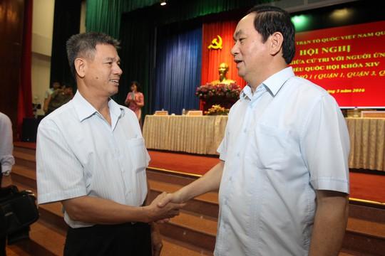 Chủ tịch nước Trần Đại Quang (phải) tại buổi tiếp xúc cử tri quận 1, TP HCM hôm 9-5. Ảnh: HOÀNG TRIỀU