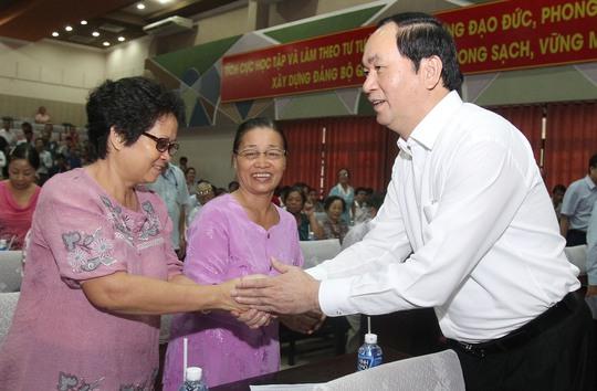Chủ tịch nước Trần Đại Quang thăm hỏi cử tri tại cuộc tiếp xúc sáng 12-5Ảnh: HOÀNG TRIỀU