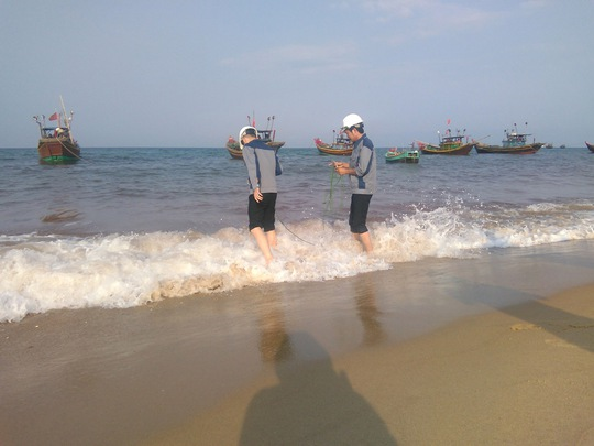 Các nhà khoa học lấy mẫu nước biển tại tỉnh Quảng Bình phân tích và khẳng định không phải thủy triều đỏ.  Ảnh: Hoàng Phúc