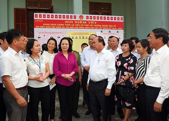 Thủ tướng Nguyễn Xuân Phúc gặp gỡ cử tri tại buổi tiếp xúc ngày 8-5.Ảnh: TRỌNG ĐỨC