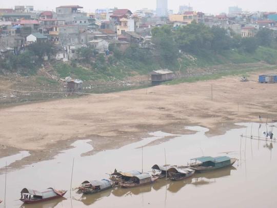 Sông Hồng (đoạn chảy qua TP Hà Nội) đang dần cạn kiệt nước. Ảnh: THÀNH TRUNG
