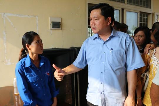 Bí thư Thành ủy TP HCM Đinh La Thăng trao đổi trực tiếp với cử tri Ảnh: Bạch Đằng