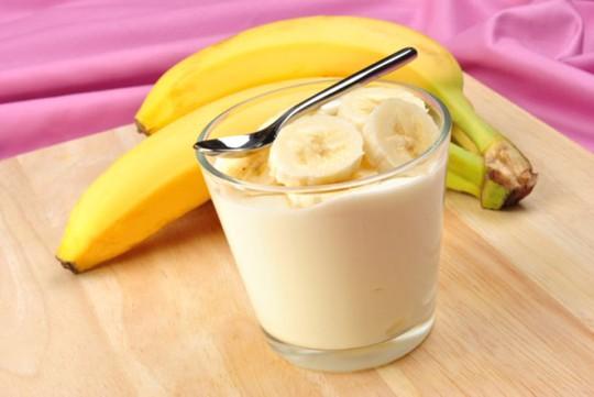 Chuối + Sữa: Theo Readers Digest, khi kết hợp với nhau, chuối và sữa cung cấp cho cơ thể lượng protein, vitamin, chất xơ dồi dào. Các chất dinh dưỡng này giúp duy trì năng lượng trong thời gian dài. Thậm chí chuối còn giúp cơ thể hấp thụ tối đa lượng canxi có trong sữa, rất tốt cho xương. Ảnh: Trackeat