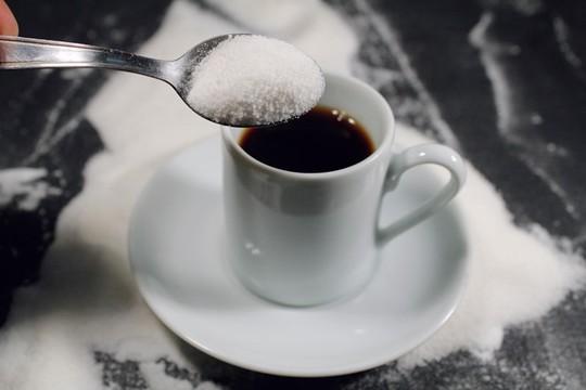 Cà phê + Đường: Một nghiên cứu trên tạp chí Human Psychopharmacology cho biết uống cà phê với đường giúp vùng não thực hiện chức năng tập trung hiệu quả hơn so với khi uống cà phê đen hoặc sữa. Ảnh: Blogspot.