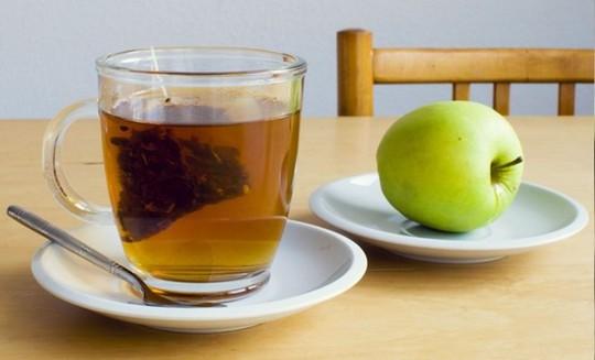 Trà xanh + Táo: Nghiên cứu cho thấy rằng chất quercetin trong táo và catechin trong trà xanh kết hợp với nhau giúp ngăn ngừa các tiểu huyết cầu tụ lại. Nếu các tiểu cầu này vón cục, nó có thể kích thích quá trình đông máu, dẫn đến cơn đau tim. Ảnh: Healthbests.