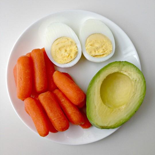 Cà rốt + Bơ: Beta-carotene trong cà rốt rất tốt cho làn da và đôi mắt khỏe mạnh. Nhưng bạn không biết rằng cơ thể cần chất béo để hấp thụ tốt nhất lượng beta-carotene này. Vì vậy, kết hợp cà rốt và bơ là gợi ý lành mạnh cho bữa ăn hàng ngày. Ảnh: Thelittlehoneybee.