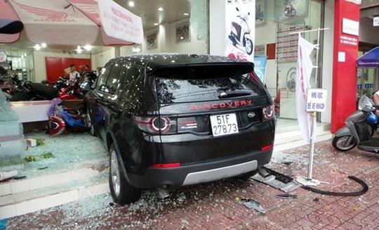 Chiếc Land Rover gay tai nạn do tài xế đạp nhầm chân thắng thành chân ga