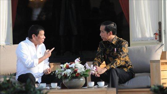Tổng thống Indonesia Joko Jokowi Widodo (phải) gặp người đồng cấp Philippines Rodrigo Duterte hồi tuần trước. Ảnh: Anadolu
