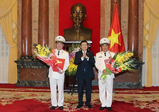 Chủ tịch nước Trương Tấn Sang trao quyết định thăng cấp hàm Thượng tướng cho 2 thứ trưởng Bộ Công an Nguyễn Văn Thành và Phạm DũngẢnh: TTXVN