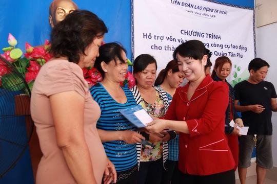 Bà Đinh Thị Thái Hiền, Trưởng Ban Tổ chức LĐLĐ TP HCM, trao vốn cho các hộ dân nghèo tại quận Tân Phú, TP HCM