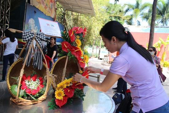 Công nhân KCX Tân Thuận (TP HCM) thi cắm hoa trong Tháng Công nhân
