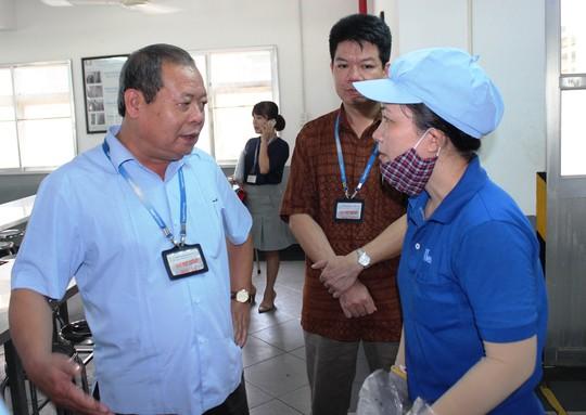 Ông Trần Văn Lý, Phó Chủ tịch Tổng LĐLĐ Việt Nam, khảo sát chất lượng bữa ăn giữa ca của công nhân tại Khu Công nghiệp Suối Dầu, tỉnh Khánh Hòa