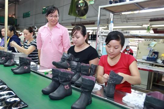 Cán bộ Công đoàn Công ty TNHH Giày da Vĩnh Phong (quận Bình Tân, TP HCM) thăm hỏi đời sống, việc làm của công nhân