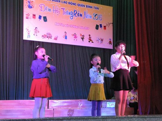 """Một tiết mục biểu diễn trong chương trình """"Đêm hội trăng rằm"""" do LĐLĐ quận Bình Tân, TP HCM tổ chức Ảnh: TƯỜNG PHƯỚC"""