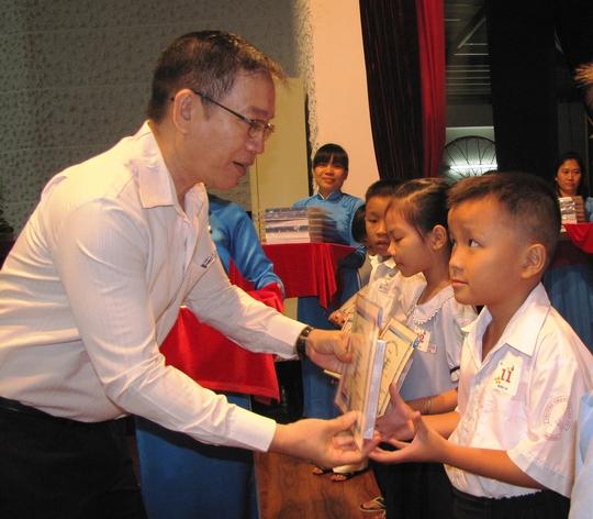 Lãnh đạo quận 10 tặng quà cho con thành viên CEP có hoàn cảnh khó khăn
