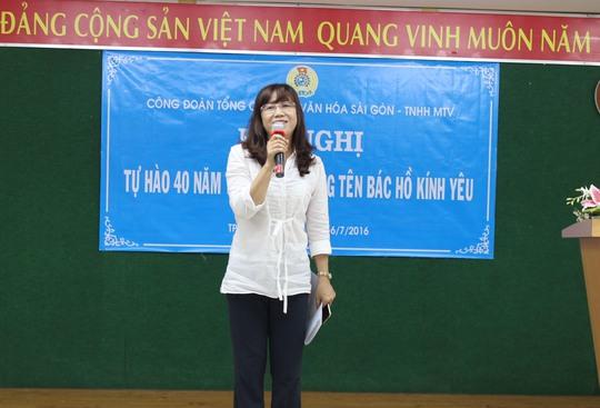 """Thí sinh thuyết trình tại Hội thi """"Tự hào 40 năm TP mang tên Bác Hồ kính yêu"""" do Công đoàn Tổng Công ty Văn hóa Sài Gòn tổ chức"""