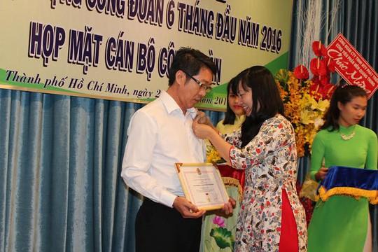 Bà Đinh Thị Thái Hiền, Trưởng Ban Tổ chức LĐLĐ TP trao kỷ niệm chương cho cán bộ CĐ