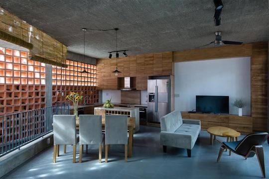 Công trình mang lớp vỏ của một ngôi nhà phố nhưng sở hữu những không gian sống tiện nghi như một biệt thự. Đây cũng là văn phòng làm việc của một công ty kiến trúc.