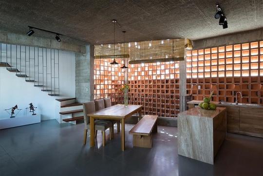Mặc dù ngôi nhà nhiều tầng nhưng lối di chuyển chung và riêng giữa khối ở và khối văn phòng khá thuận lợi, nhờ bố trí hợp lý vật liệu cầu thang, chiếu nghỉ.