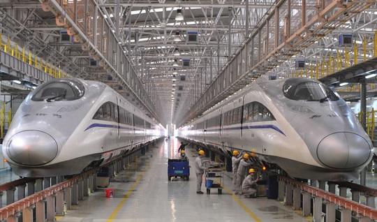 Công nhân làm việc tại một xưởng thiết kế tàu cao tốc ở tỉnh Thiểm Tây Ảnh: REUTERS