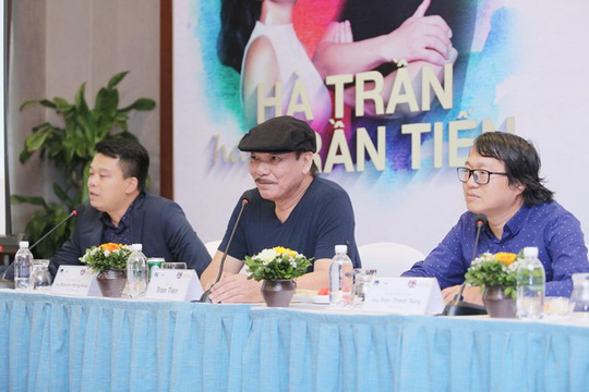 Nhạc sĩ Trần Tiến (giữa) chia sẻ ông hạnh phúc vì có quá nhiều người hát hay nhạc của mình