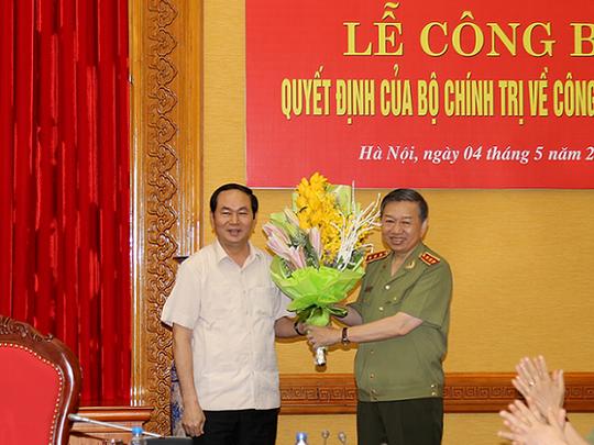 Chủ tịch nước Trần Đại Quang tặng hoa chúc mừng Thượng tướng Tô Lâm
