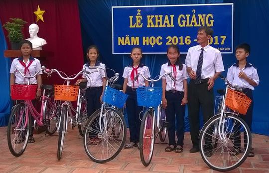 Các mạnh thường quân hỗ trợ 11 xe đạp cho học sinh nghèo ở 2 trường THCS trên địa bàn huyện biên giới Tịnh Biên vào sáng 5-9