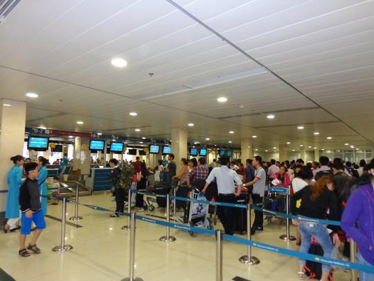 Tuy lượng người lưu chuyển tại sân bay khá đông nhưng không xảy ra tình trạng ùn tắc - Ảnh: Bảo Ngọc