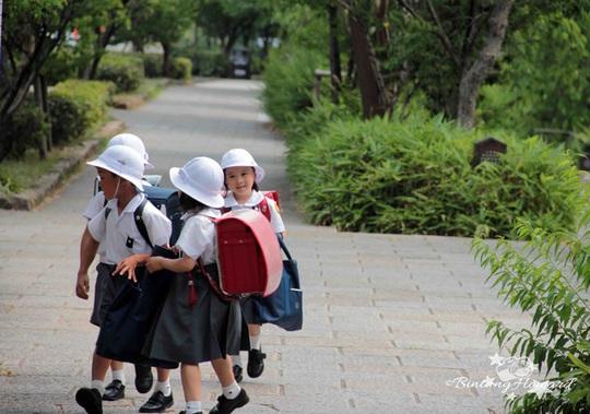 Một ngày mới của trẻ em Nhật Bản thường khởi động bằng việc cùng bạn bè đi bộ đến trường một cách đầy hào hứng và vui vẻ thế này.