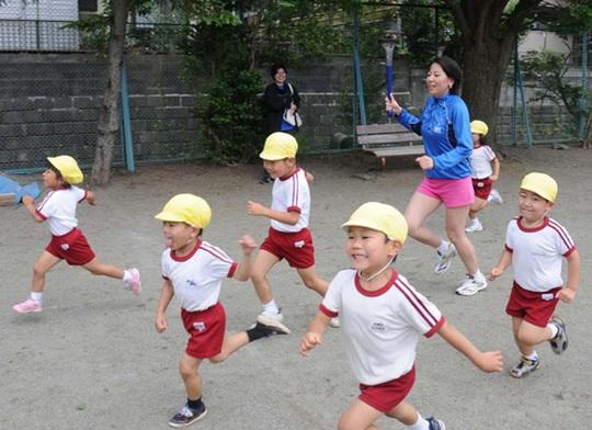Tiết học ngoài trời với các hoạt động thể chất phong phú luôn là ưu tiên hàng đầu tại các trường học ở Nhật, đặc biệt là ở các trường mầm non và tiểu học.