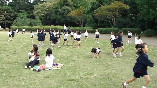 Hình ảnh các em học sinh mặc đồng phục thỏa sức vui đùa trong công viên là hình ảnh thường thấy ở Nhật.