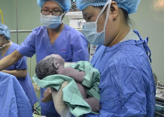 Trẻ em ở TP Đà Nẵng chào đời sẽ được chính quyền đến tận nhà trao giấy khai sinh