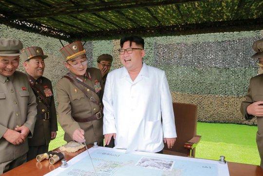 Nhà lãnh đạo Triều Tiên Kim Jong-un chỉ đạo một cuộc tập trận bắn tên lửa đạn đạo. Ảnh: KCNA