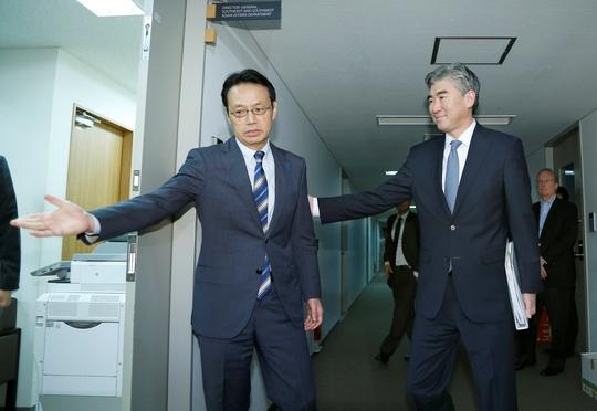 Ông Kenji Kanasugi (trái) tiếp ông Sung Kim tại thủ đô Tokyo – Nhật Bản hôm 11-9 Ảnh: Reuters