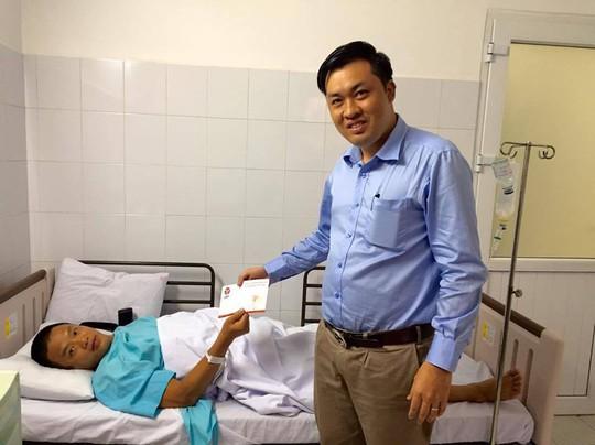 Tổng Giám đốc VPF Cao Văn Chóng trao tiền bảo hiểm cho trọng tài Vinh trong bệnh viện Ảnh: Minh Ngọc