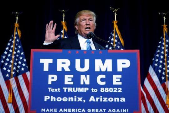 Tỉ phú Donald Trump phát biểu tại TP Phoenix, bang Arizona hôm 31-8. Ảnh: Reuters
