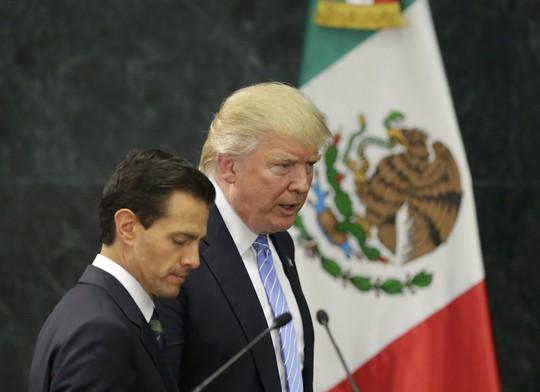 Tỉ phú Trump (phải) và Tổng thống Mexico Enrique Pena Nieto gặp nhau hôm 31-8. Ảnh: Reuters