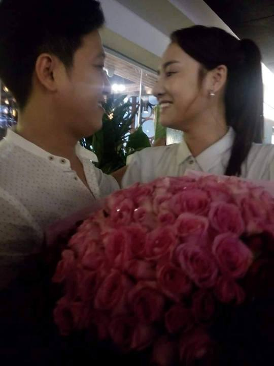 Trường Giang cũng chọn một bó hoa hồng khổng lồ để cầu hôn Nhã Phương