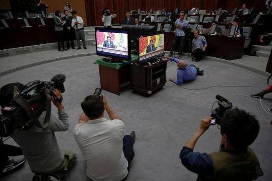 Các nhà báo nước ngoài tập trung quanh màn hình phát bài phát biểu của ông Kim Jong-un hôm 8-5. Ảnh: Reuters
