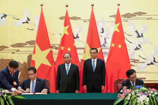 Thủ tướng Nguyễn Xuân Phúc và Thủ tướng Lý Khắc Cường chứng kiến một lễ ký kết văn kiện hợp tác Ảnh: Reuters