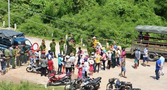 Người dân tập trung tại Trạm Biên phòng Pháo Đài (thuộc Đồn Biên phòng cửa khẩu quốc tế Hà Tiên) theo dõi vụ bắt giữ trái phép nhiều cán bộ của tỉnh Kiên Giang.