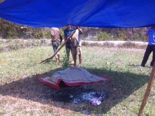 Thi thể được phát hiện tại cánh đồng xa khu dân cư thôn Tân Lạc - Ảnh: Tuấn Anh