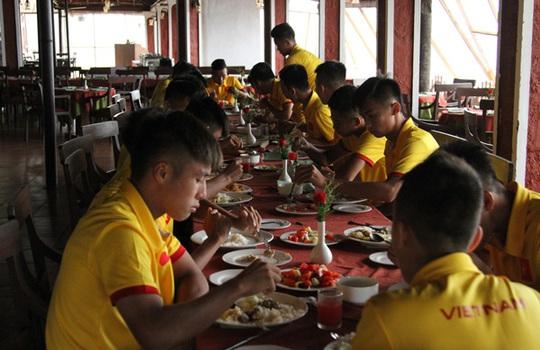 Các cầu thủ U16 dùng bữa ở Ấn Độ trước khi tham dự trận mở màn gặp U16 Nhật Bản